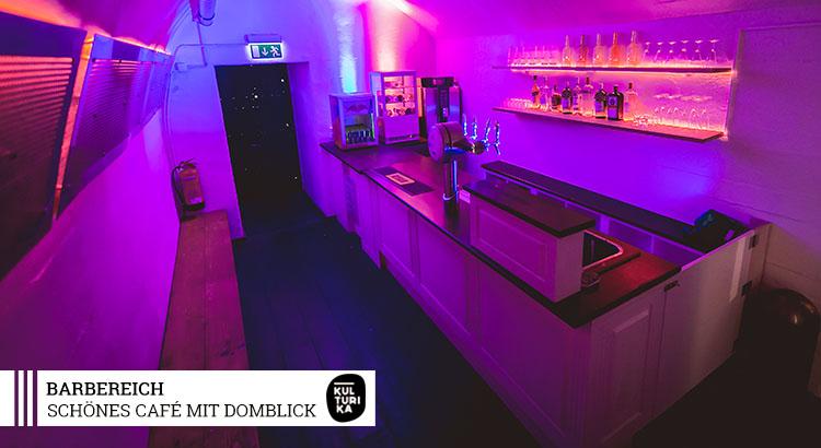 Eventlocation-Koeln-Partyraum-mit-Domblick-für-Selbstversorger-Barbereich